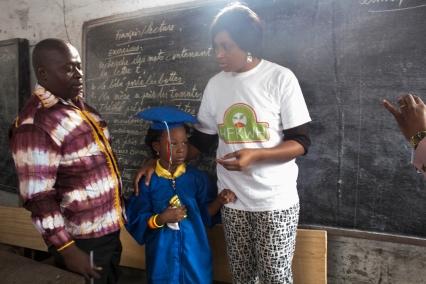 Quelques cadeaux de l'organisation Hope for kids without hope pour les enfants de l'ecole primaire ''Benedicte de la fontaine''
