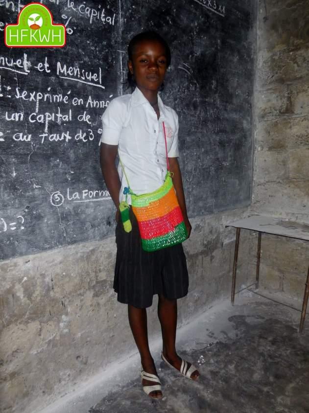 Elle debute l'école avec le sac qu'elle a tisser sois même